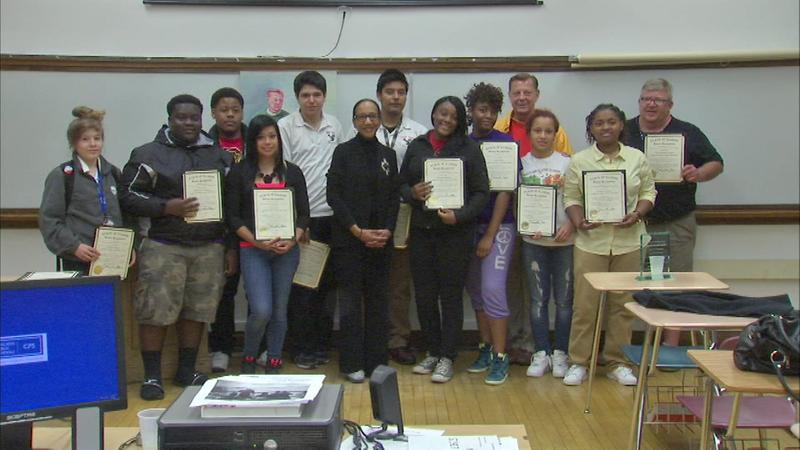 students-honor-father-pfleger-with-human-rights-award-abc-news